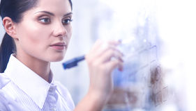 Jonge vrouw die op whiteboard met witte copyspace trekken Stock Foto's