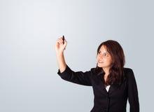 Jonge vrouw die op whiteboard trekt royalty-vrije stock afbeelding