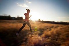 Jonge vrouw die in openlucht loopt Stock Foto's