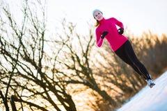 Jonge vrouw die in openlucht lopen Stock Foto's