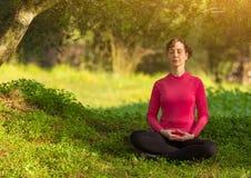 Jonge Vrouw die in openlucht mediteert Royalty-vrije Stock Afbeelding