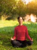 Jonge Vrouw die in openlucht mediteert Royalty-vrije Stock Afbeeldingen