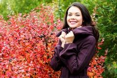 Jonge vrouw die in openlucht stelt Stock Foto's
