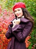 Jonge vrouw die in openlucht stelt Stock Fotografie
