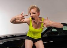 Jonge vrouw die over haar nieuwe auto wordt opgewekt Stock Afbeelding