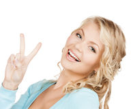 Jonge vrouw die overwinning of vredesteken tonen Royalty-vrije Stock Afbeeldingen