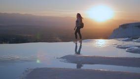 Jonge vrouw die in Pamukkale-terrassen lopen stock video