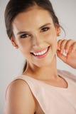 Jonge vrouw die pareloorringen dragen Royalty-vrije Stock Fotografie