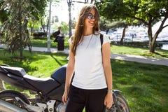 Jonge vrouw die in park loopt Royalty-vrije Stock Afbeeldingen