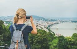 Jonge vrouw die photoes van de rivier van Donau en Boedapest, Hongarije maken Stock Fotografie