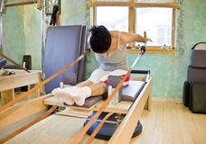 Jonge vrouw die Pilates doet Stock Fotografie