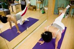 Jonge vrouw die Pilates doet Royalty-vrije Stock Foto