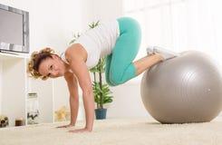 Jonge vrouw die Pilates doet Stock Foto's