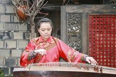 Jonge vrouw die pipa in kuanzhaisteeg spelen, chengdu, China royalty-vrije stock foto