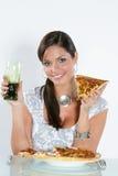 Jonge vrouw die pizza eet. royalty-vrije stock afbeeldingen