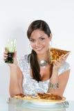 Jonge vrouw die pizza eet. stock afbeelding