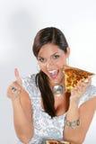 Jonge vrouw die pizza eet stock foto