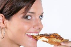 Jonge vrouw die pizza eet Stock Afbeeldingen