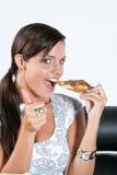 Jonge vrouw die pizza eet Royalty-vrije Stock Afbeeldingen