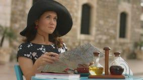 Jonge vrouw die, planningsreis met kaart in handen, die gezichten zoeken in het buitenland reizen stock video