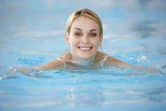 Jonge Vrouw die in Pool zwemt Royalty-vrije Stock Foto