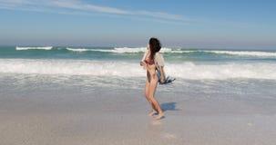 Jonge vrouw die pret hebben bij strand 4k stock video