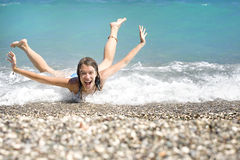 Jonge vrouw die pret in het overzees heeft Royalty-vrije Stock Fotografie