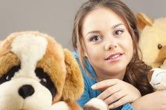 Jonge vrouw die pret het spelen heeft stock afbeeldingen