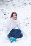 Jonge vrouw die pret met sneeuw op de winterdag hebben Stock Afbeeldingen