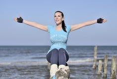 Jonge vrouw die pret op het strand hebben Stock Foto's