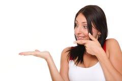 Jonge vrouw die product open handpalm opgewekte uitdrukking tonen Stock Fotografie