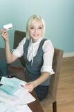 Jonge vrouw die rekeningen online gebruikende creditcard betaalt royalty-vrije stock foto
