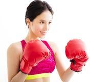 Jonge vrouw die rode bokshandschoenen draagt stock fotografie