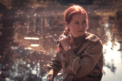 Jonge vrouw die Rode Legervorm dragen Stock Foto's