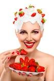 Jonge vrouw die rode rijp eten Royalty-vrije Stock Afbeeldingen
