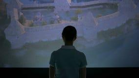 Jonge vrouw die rond in modern historisch museum kijken stock videobeelden