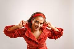Jonge vrouw die rood jasje draagt Royalty-vrije Stock Foto's