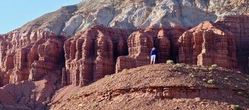 Jonge vrouw die in rotswoestijn mediteren royalty-vrije stock foto's