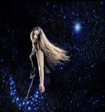 Jonge vrouw die in ruimte dansen royalty-vrije stock afbeelding
