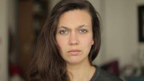 Jonge vrouw die sceptisch en in de camera afkeuren kijken stock video