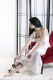 Jonge Vrouw die Schoenen verwijdert Stock Foto's