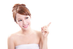 Jonge vrouw die schoonheidsproduct tonen Stock Foto's