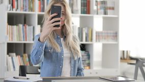 Jonge Vrouw die Selfie met Smartphone nemen, Foto stock footage