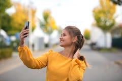 Jonge vrouw die selfie nemen royalty-vrije stock foto's