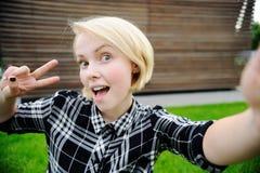 Jonge vrouw die selfie nemen Royalty-vrije Stock Afbeelding