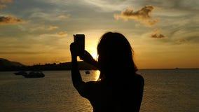 Jonge vrouw die selfie tegen mooie zonsondergang tijdens overzeese cruise nemen Langzame Motie thailand 1920x1080 stock video