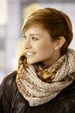 Jonge vrouw die sjaal en leerjasje dragen Stock Foto's
