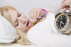 Jonge vrouw die slapeloosheid hebben royalty-vrije stock afbeeldingen