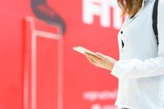 Jonge vrouw die slimme telefoon met handen met behulp van Royalty-vrije Stock Foto