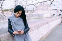 Jonge Vrouw die Smartphone controleren Stock Afbeelding